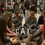 Ariadna Oltra con unos estudiantes en '.CAT'