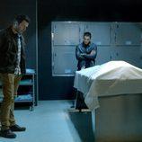 Pau Durá, Álex González y Fernando Gil junto a un cadáver en 'El Príncipe'