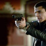 Álex González apuntando con una pistola en 'El Príncipe'