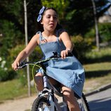 Sandra Melero montando en bicicleta en 'Rescatando a Sara'