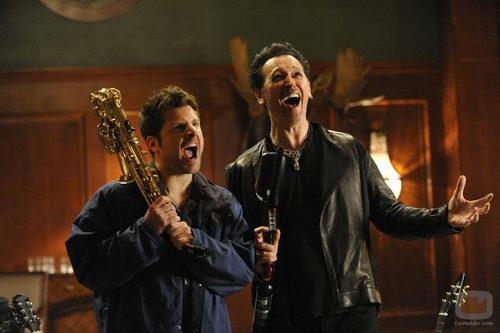 """James Roday y Steve Valentine """"armados"""" con un saxofón y una pistola de paintball en 'Psych'"""