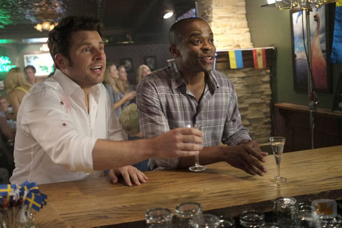 Shawn y Gus en la barra de un bar en 'Psych'