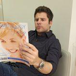 Shawn ojea una revista en 'Psych'
