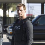 Josh Holloway con un chaleco en 'Intelligence'