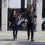Meghan Ory y Josh Holloway corriendo en 'Intelligence'