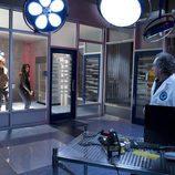 Josh Holloway y Meghan Ory junto a un científico en 'Intelligence'
