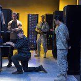 Josh Holloway junto a los chinos investigando un ordenador en 'intelligence'