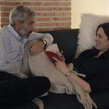 Imanol Arias y Ariadna Gil muy juntos en un sofá en 'Cuéntame cómo pasó'
