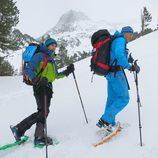 Jesús Calleja y Marc Márquez caminando sobre la nieve en 'Planeta Calleja'