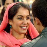 Hiba Abouk, muy feliz junto con Álex González en 'El Principe'