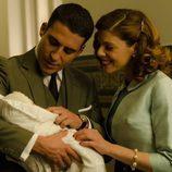 Miguel Ángel Silvestre y Manuela Velasco junto al bebé en 'Velvet'