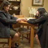 Caye y Carmen charlan en el salón