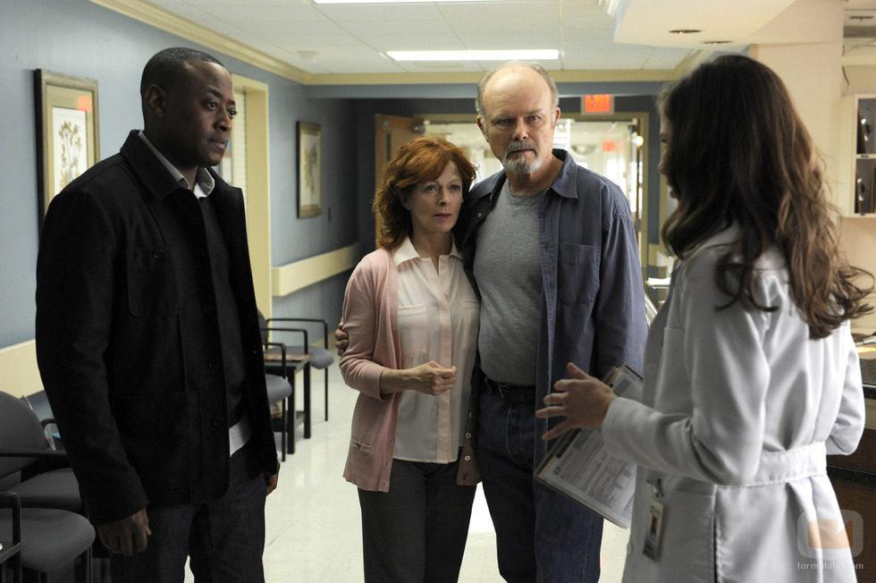 Lucille y Harold esperan las explicaciones de la doctora en 'Resurrection'