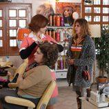 Victoria Abril llega a una peluquería en 'Sin identidad'