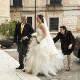 Clara vestida de novia y acompañada del señor Bornay en 'B&b, de boca en boca'