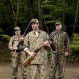 Tres hombres armados en las inmediaciones del río en 'Resurrection'
