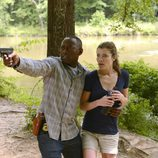 Bellamy junto con Gail apuntan con una pistola en 'Resurrection'