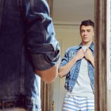 Víctor Palmero con una chaqueta y camisa Antony Morato y un pantalón Tommy Hilfiger