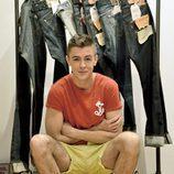 Víctor Palmero con una camiseta Antony Morato y un pantalón Dockers