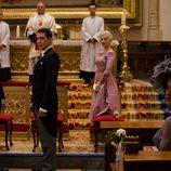 Miguel Ángel Silvestre espera frente al altar en 'Velvet'