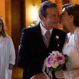 Manuela Velasco besa a su padre en 'Velvet'