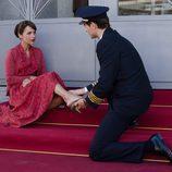 Paula Echevarría, como una princesa, deja que le pongan el zapato en 'Velvet'