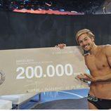 Abraham García posa con el cheque de su premio