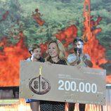 Rosa Benito fue la encargada de entregar el premio al ganador de 'Supervivientes 2014'