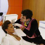 Marc (interpretado por Michael Urie) inyecta botox a Wilhelmina en Betty