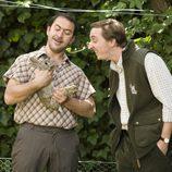 Daniel Albadalejo enseña un conejo a Iván Massagué