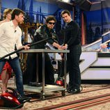 Tom Cruise y Emily Blunt con el hombre de negro