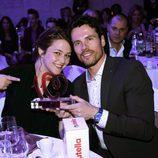 Teresa Hurtado de Ory y Octavi Pujades sostienen el premio de los Números 1 de Cadena 100 concedido a 'Ciega a citas'