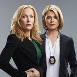 Gillian Anderson y Rachael Taylor posan para 'Crisis'