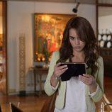 Megan Montaner observa atentamente una fotografía en 'Sin identidad'