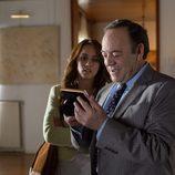 Tito Valverde rie junto a Megan Montaner al observar una fotografía en 'Sin identidad'