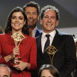 Adriana Ugarte con su galardón sobre el escenario de los Premios Iris 2014