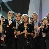 Mayra Gómez Kemp, Premio Iris Toda una Vida 2014, rodeada de compañeros de profesión