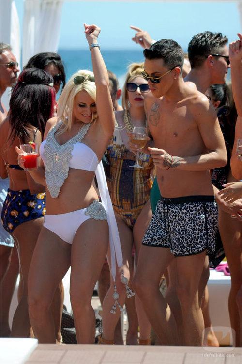 Sam Faiers y Bobby Cole bailando enMarbella