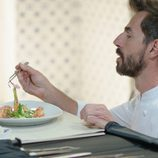 Santi Millán prueba un plato de comida en 'Chiringuito de Pepe'