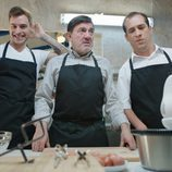 Adrián Rodríguez, Jesús Bonilla y El Langui preparados para cocinar en 'Chiringuito de Pepe'