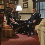 El doctor Masters y Virginia Jonhson conversando en una escena de 'Masters of Sex'