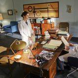 Virginia Johnson conversa con el doctor Masters en su despacho en 'Masters of Sex'