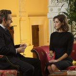 William y Virginia se miran en una escena de 'Masters of Sex'