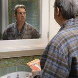 Barton Scully mirándose en el espejo en 'Masters of Sex'