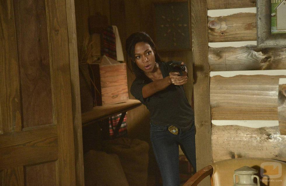 Abbie Mills apunta con un arma en 'Sleepy Hollow'