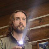 Ichabod Crane apunta con la linterna