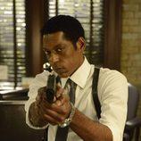 El capitán Frank Irving apunta con una pistola