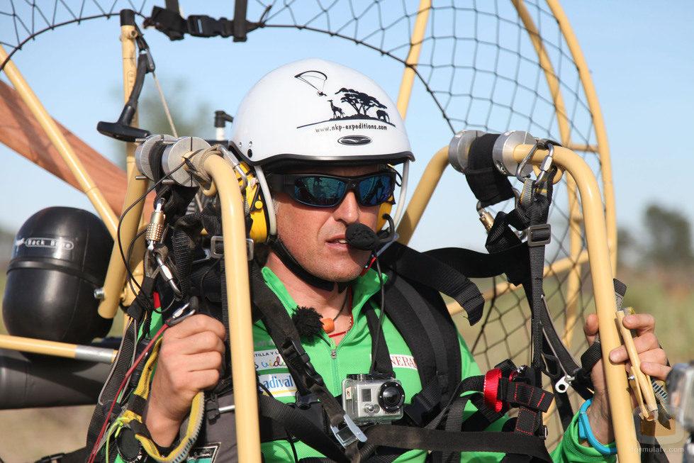 Jesús Calleja volando en paramotor