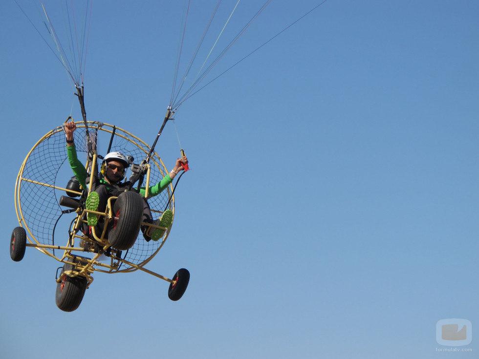 Jesús Calleja volando por el aire en paramotor
