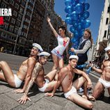 La Dama, rodeada de marineros en la revista Primeria Línea